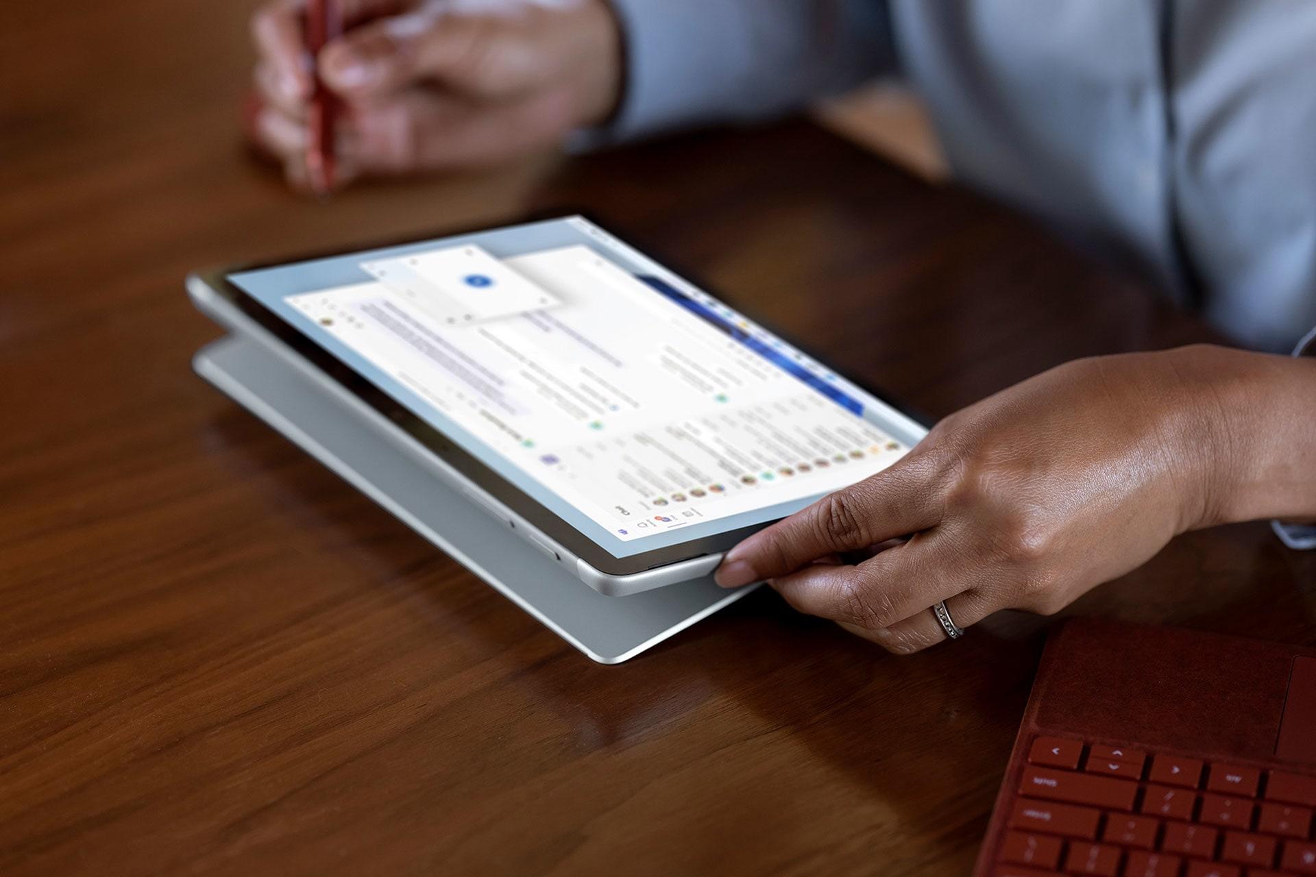 Image d'une SurfaceGo3 utilisée sous forme d'ordinateur portable à un poste de travail.