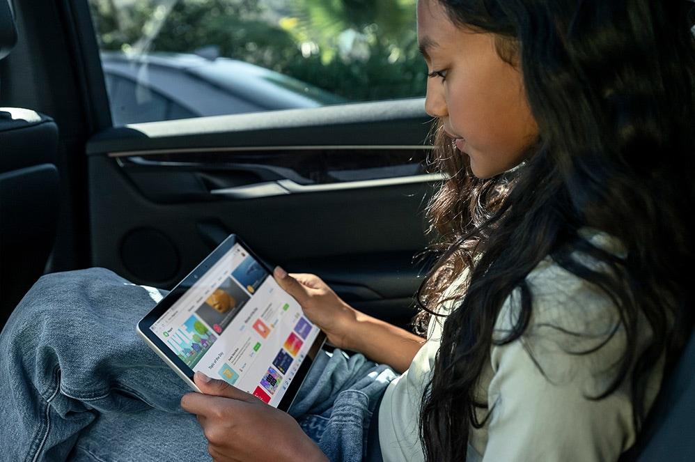 Enfant utilisant une SurfaceGo3 sous forme de tablette dans la voiture.