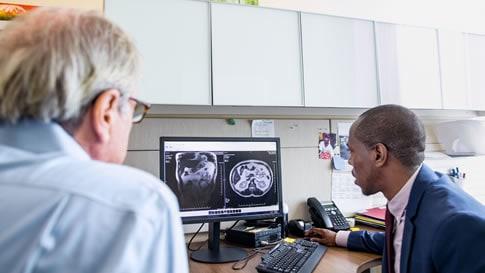 Doktoři dívající se na snímek mozku