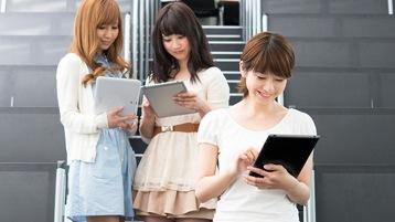 PC を持つ 3 人の女子大学生