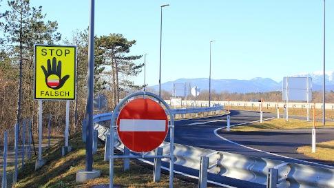 Zu sehen ist eine beschilderte Einbahnstraße mit zwei verschiedenen Verkehrszeichen die vor einer Falschfahrt warnen.
