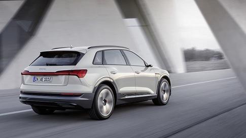 Ein silberner Audi fährt durch einen Tunnel