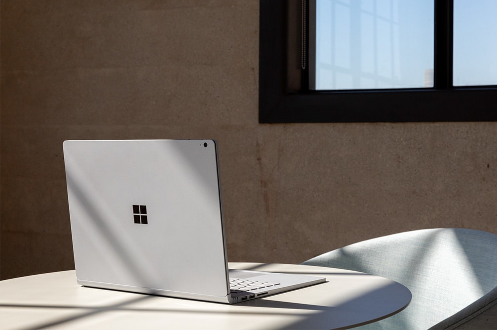 Surface Book 3 en mode portable sur un bureau