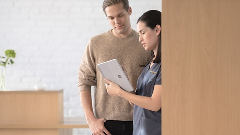 Eine Krankenschwester im Gespräch mit einem Mann