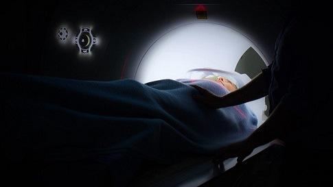 Ein Patient in einem Klinikum bei einer Computertomographie