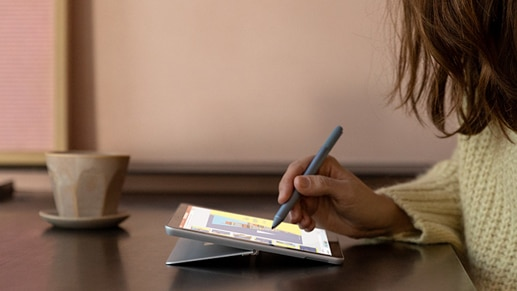 A woman draws with Surface Pen on Surface Go 2 in Studio Mode