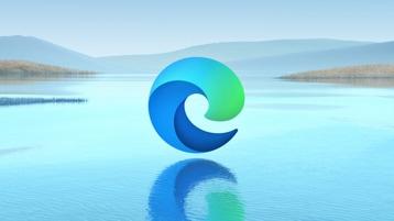 Suya yansıyan Microsoft Edge logolu manzara.