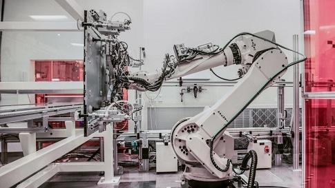Ein Roboter in der Fertigung