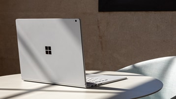 Vista posteriore di Surface Book 3 con il coperchio aperto sul piano di un tavolo