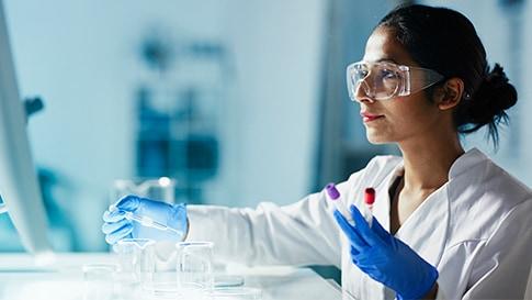 Lékař v laboratoři, testující krevní vzorky.