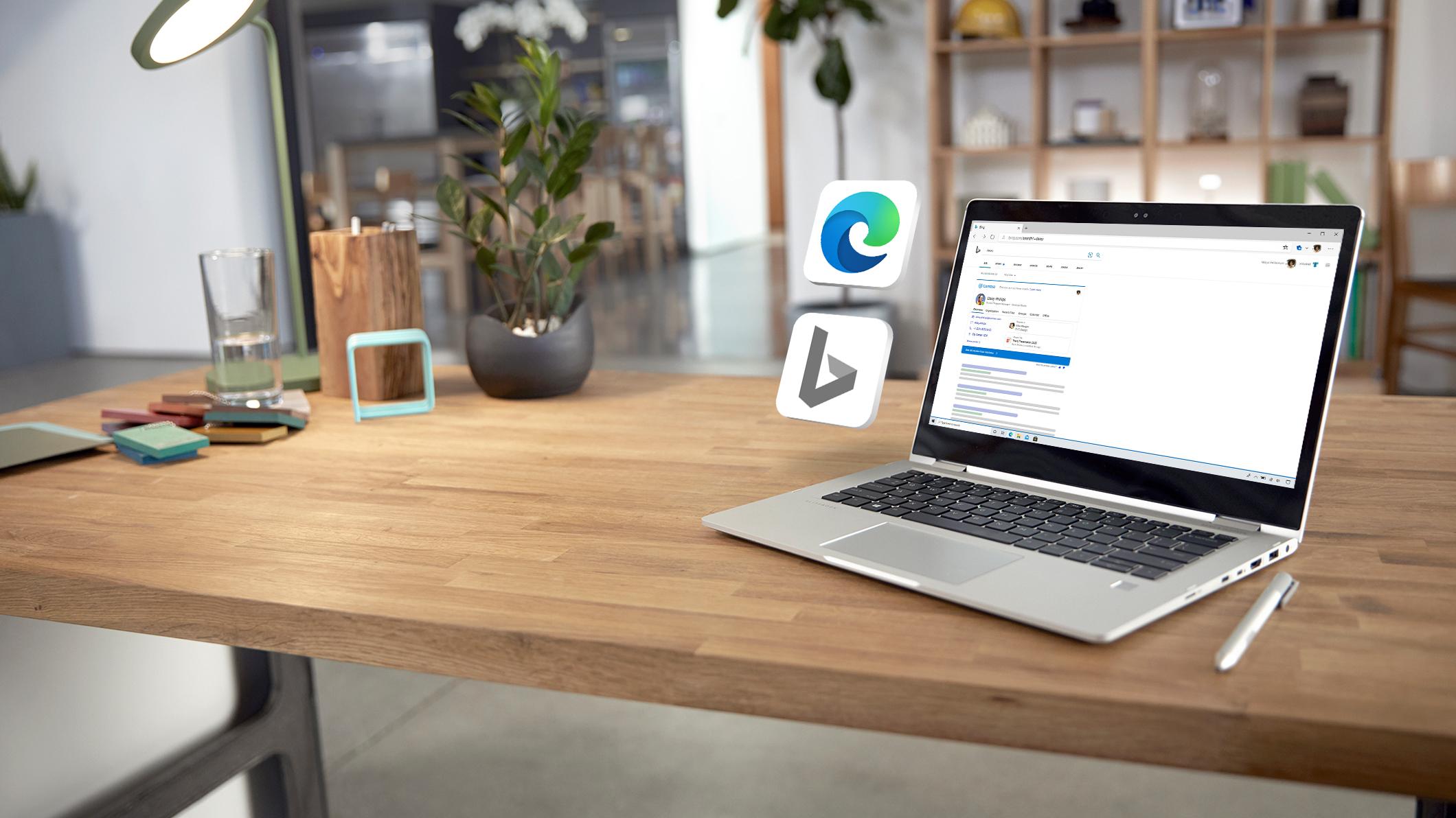 Stojący na biurku laptop wyświetlonym na ekranie oknem przeglądarki Microsoft Edge, w którym widać wyniki wyszukiwania uzyskane za pomocą funkcji Microsoft Search w Bing.