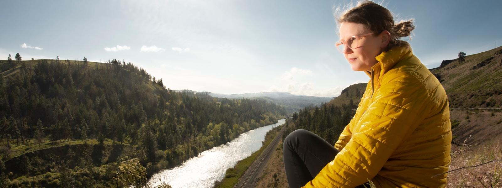 Jenny Lay-Flurrie sentada no topo de uma colina