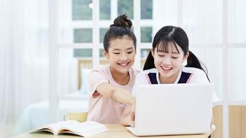 PC を楽しむ 2 人の少女