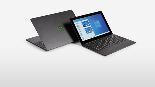 Dwa laptopy obok siebie z systemem Windows 10 Pro na ekranach