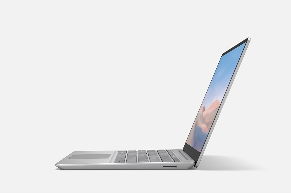Perfil lateral de Surface Laptop Go abierto con un fondo blanco.