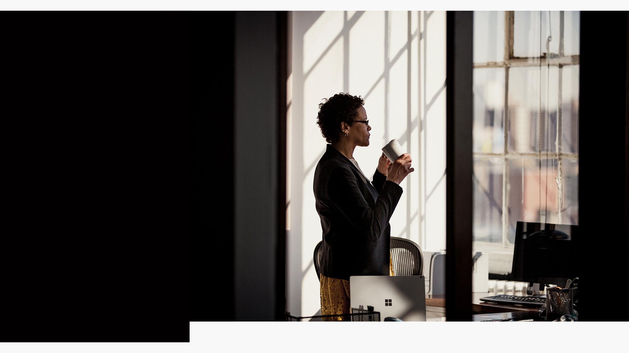 Une femme debout avec des appareils sur les bureaux à côté d'elle
