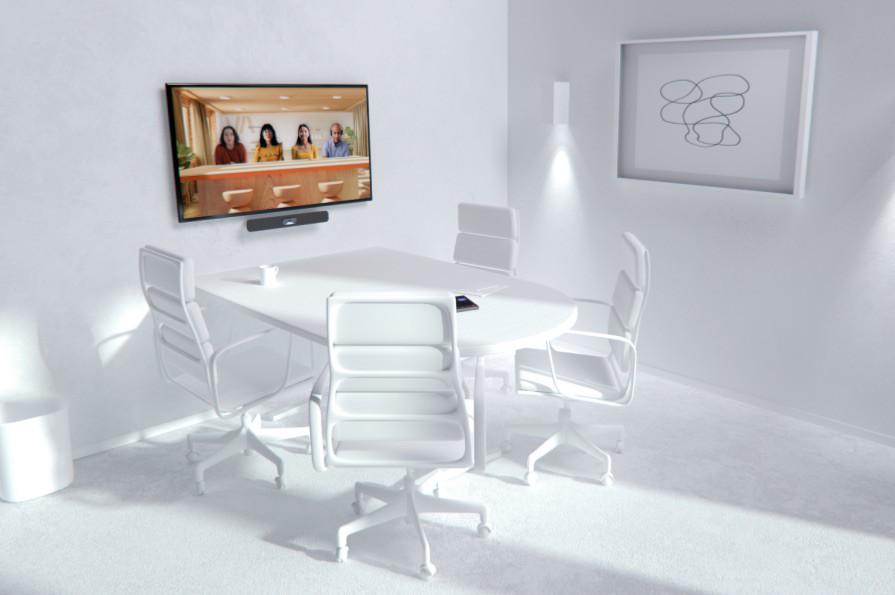 Dört koltuklu bir toplantı odası ve Birlikte modunda bir Teams görüşmesini görüntüleyen bir ekran.