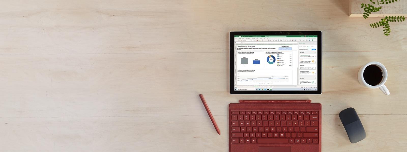 Surface Pro 7 i akcesoria na biurku