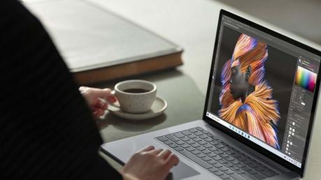 شخص يعمل على جهاز Surface Laptop 4