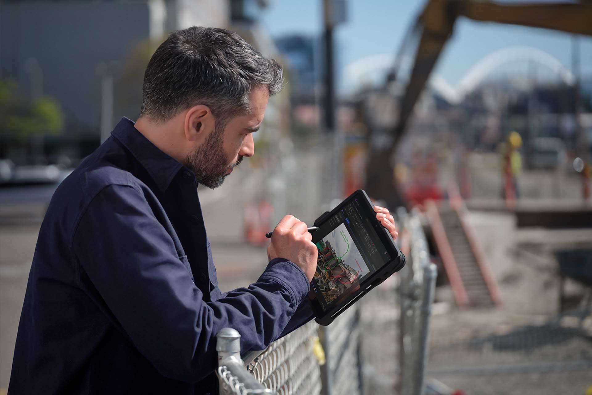 Henkilö siirtyy Surface-kynällä paikasta toiseen Surface Go 3 -laitteessa