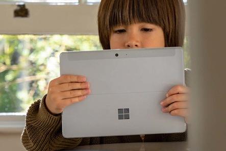 طفل ينجز فروضًا مدرسية على جهاز Surface Go 2