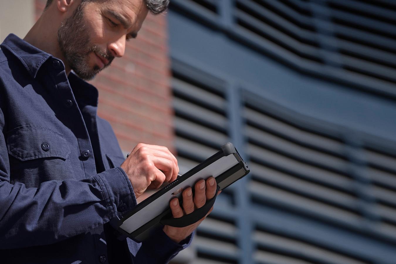 Henkilö kirjoittaa rakennustyömaalla Surface-kynällä Surface Go 3 -laitteeseen