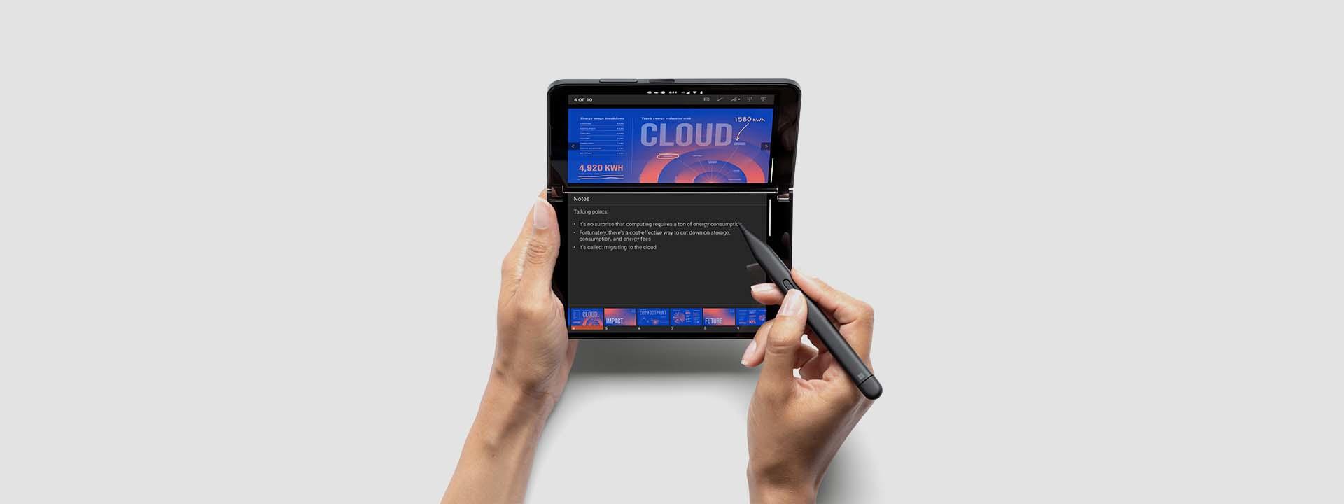 Zwei Hände halten einen Surface Duo 2 aufgeklappt, um eine Microsoft PowerPoint-Präsentation mit den Sprechernotizen auf zwei Bildschirmen darzustellen