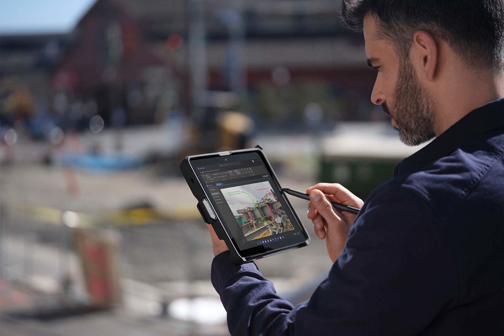 Liikkuva käyttäjä siirtyy Surface-kynällä paikasta toiseen Surface Go 3 -laitteessa