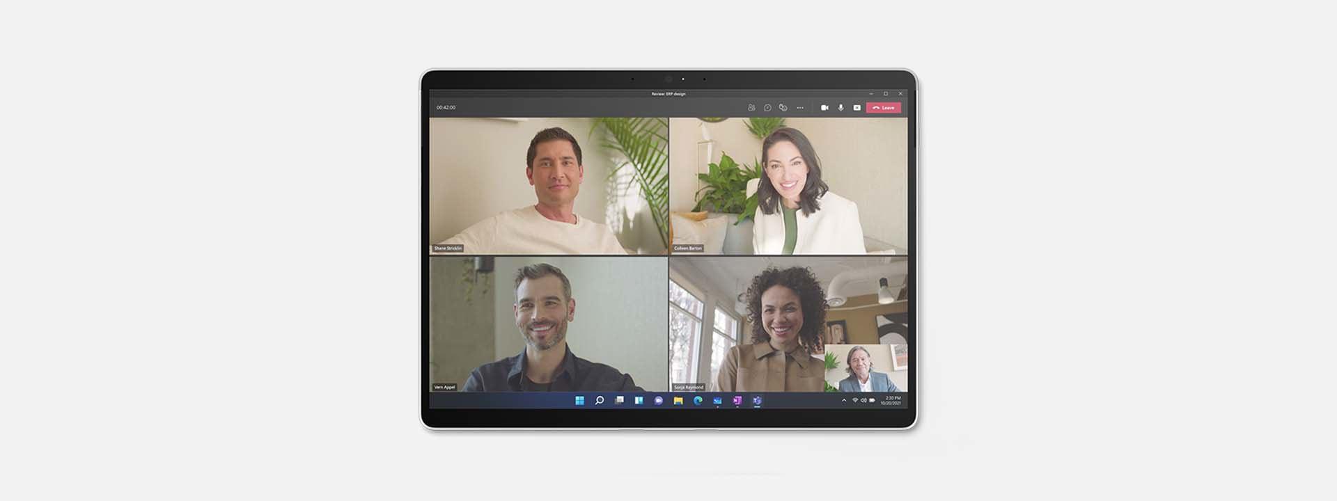 展示採用平板電腦模式的 Surface Pro X 與畫面上的 Teams 會議