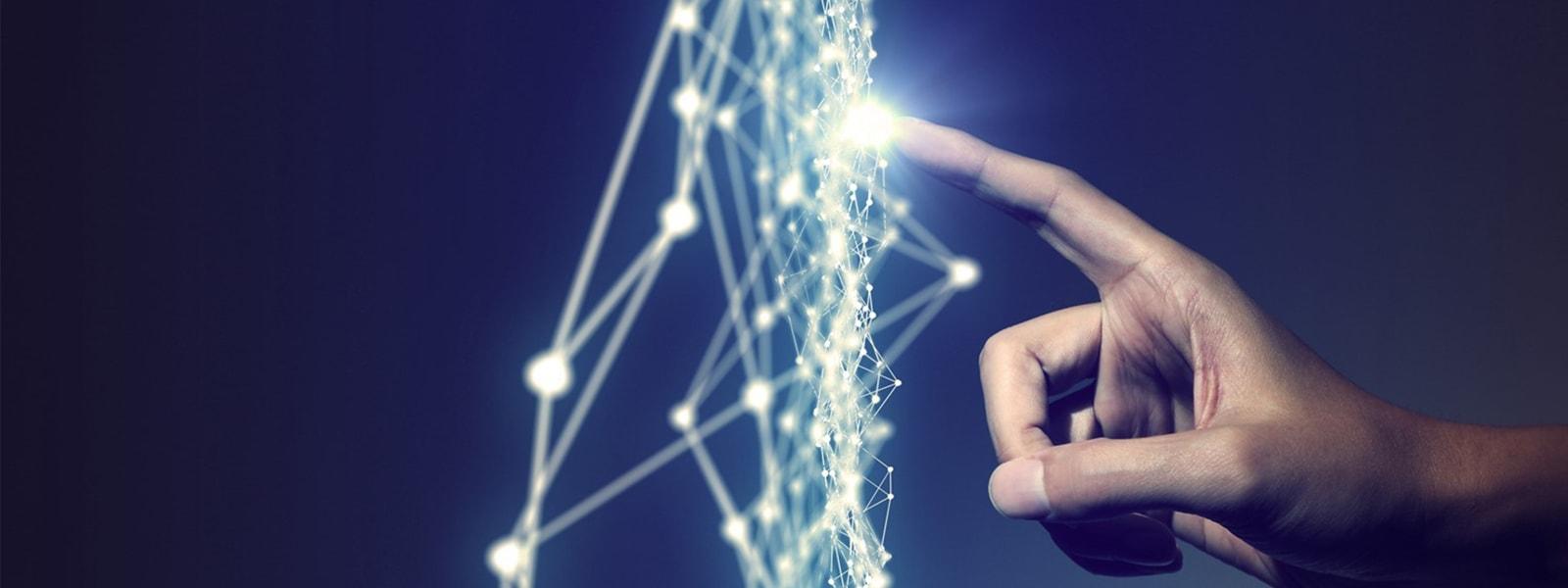 Der Zeigefinger einer Hand berührt einen Punkt auf einem schwebendem Netz aus leuchtenden Punkten