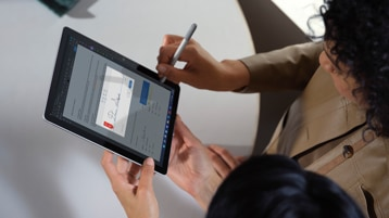 Un computer Surface Go 3 for Business con dettaglio di schermo e tastiera.