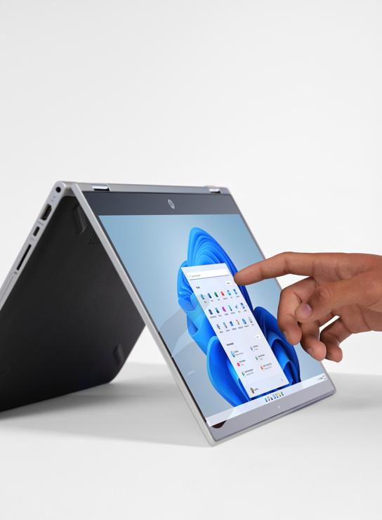 Ordinateur portable avec une main utilisant l'écran tactile