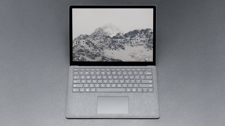 Ein platingrauer Surface Laptop