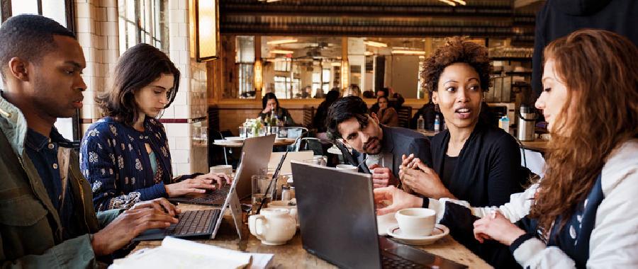 PC で作業する人たち