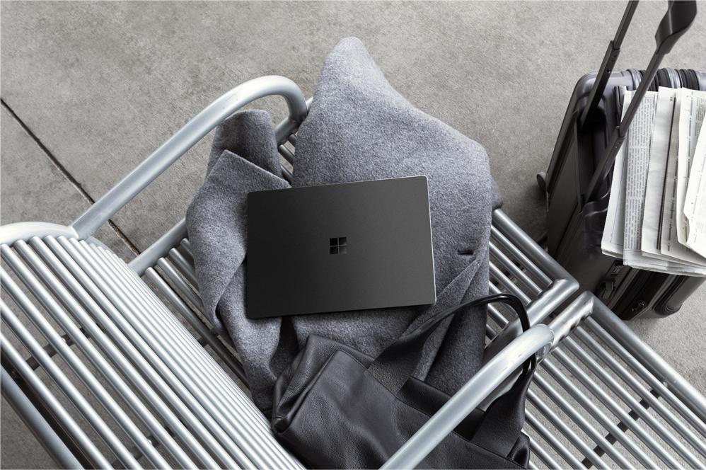 Surface Laptop 2 放在工作台上