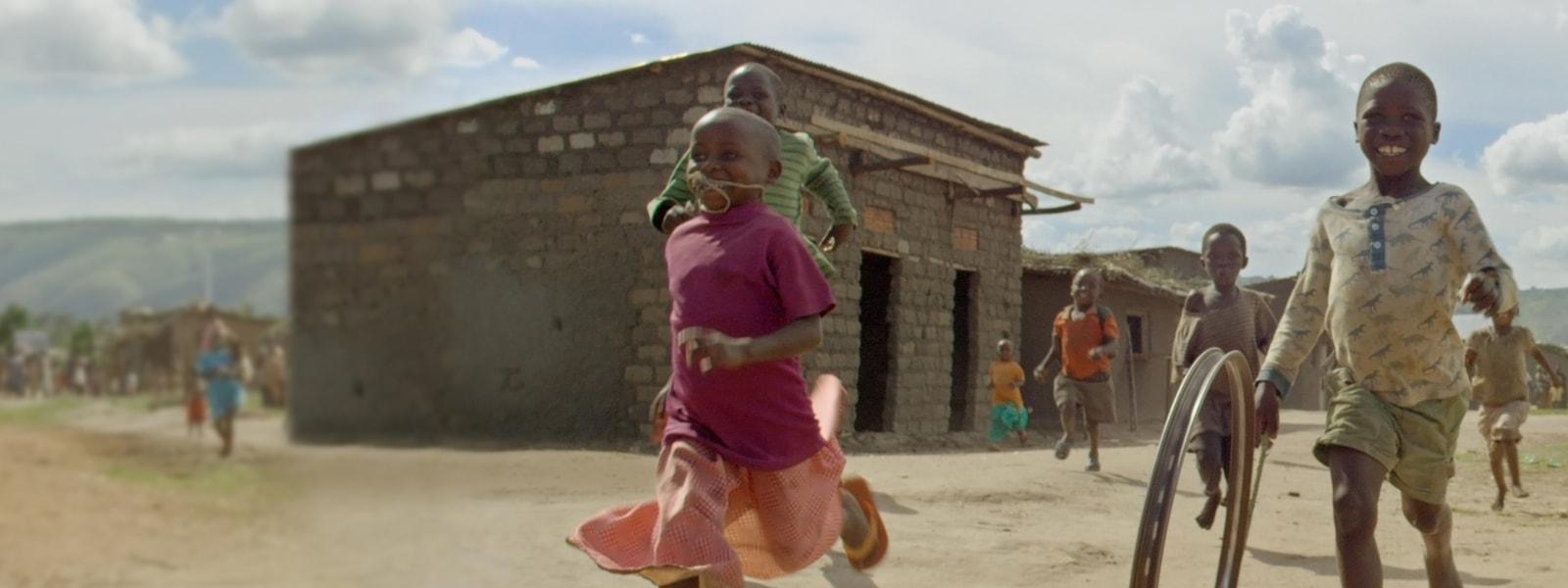 Kinder spielen in einem afrikanischen Dorf.