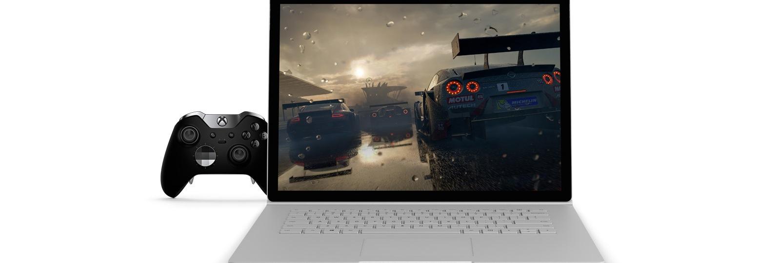 15 インチ Surface Book 2 に Forza Horizon 4 のゲーム アートが表示され、Xbox Elite Controller が横に置かれている