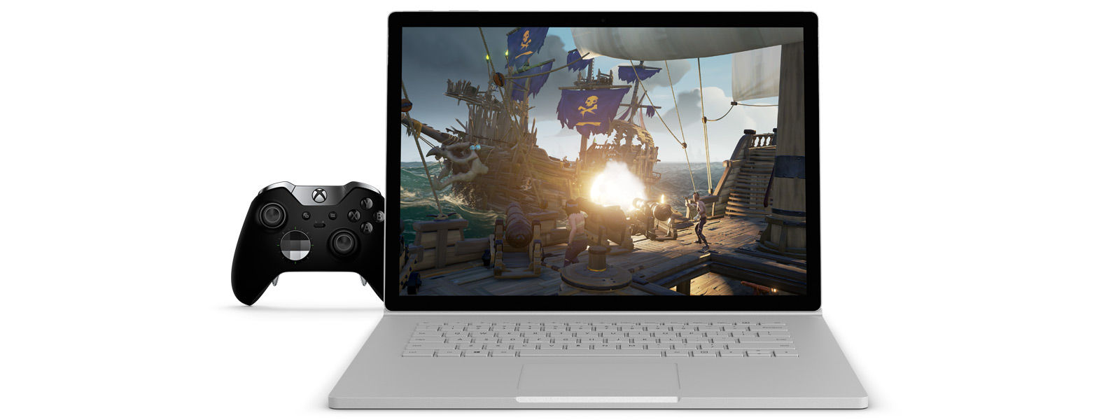 Sea of Thieves spelillustration på en 15 tums Surface Book 2, bredvid en Xbox Elite-kontroll