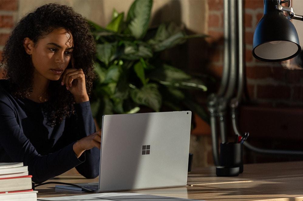女人使用她的 Surface Book 3