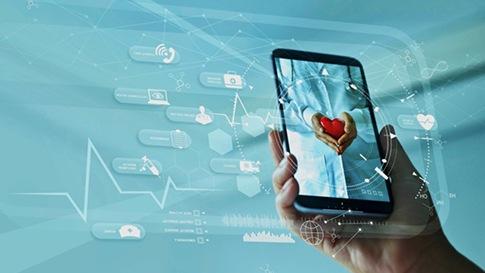 Изображена рука, держащая смартфон, на экране которого изображено сердце.