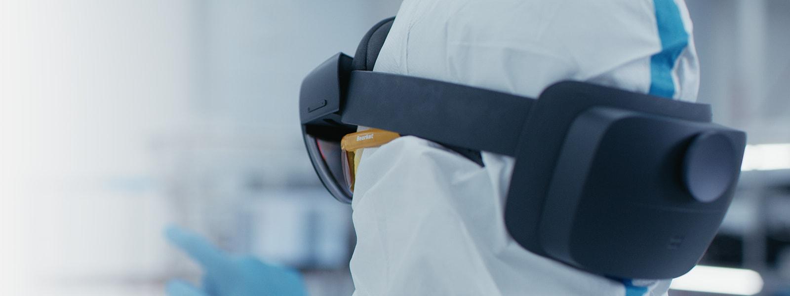 Eine Person trägt ein HoloLens 2 Industrial Edition-Gerät.